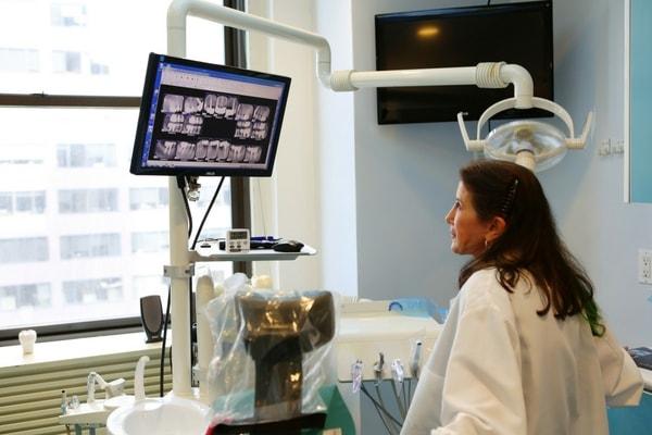 Dr. Kantor-Goldenberg using dental technology for dental implant oral surgery